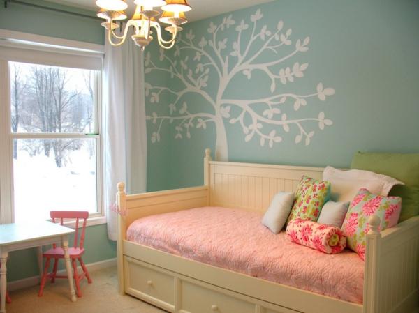 banquette-lit-et-un-sticker-arbre-dans-une-chambre-d'enfant