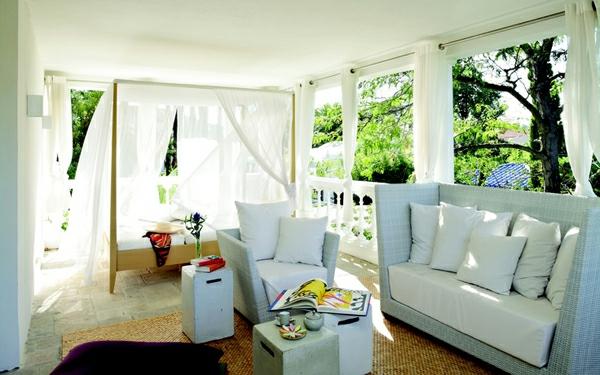 banquette-lit-intérieur-lumineux-et-blanc