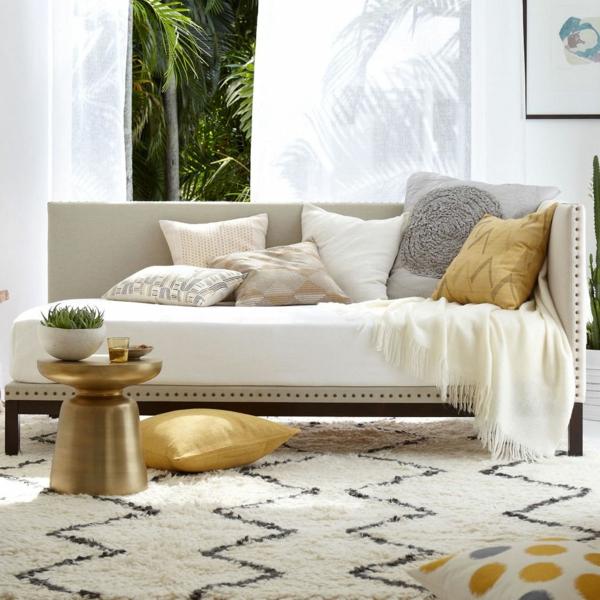 banquette-lit-tapis-beige-coussins-décoratifs