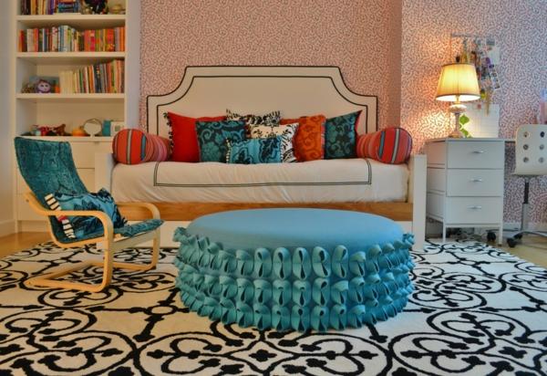 banquette-lit-tapis-oriental-et-grand-pouf-bleu