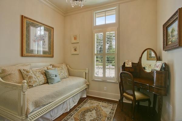 banquette-lit-un-bureau-antique-intérieur-beige
