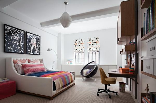 banquette-lit-un-lit-artisrique-lampe-blanche-pendante-et-bureau-suspendu