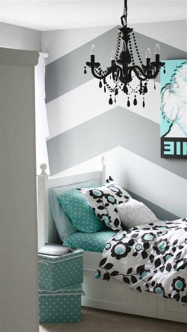 beau-chambre-moderne-bleue-lustre-noir-lit-coussins