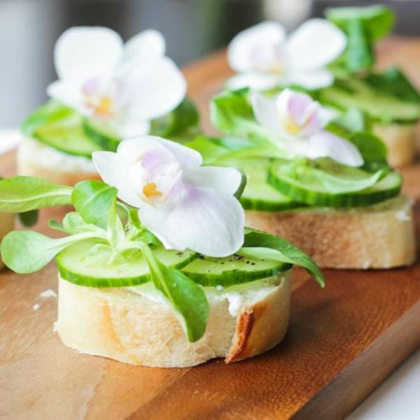 fleurs-comestibles-bien-décorée-sandwich-avec-cocombre-et-fleurs-mangables