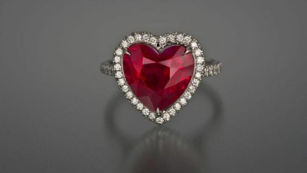 bijou-à-la-forme-de-coeur-bague-rubis