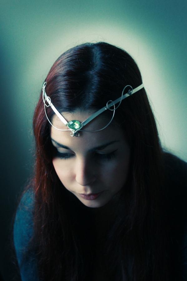 bijoux-elfiques-bijou-de-tête-une-pierre-verte-incrustée