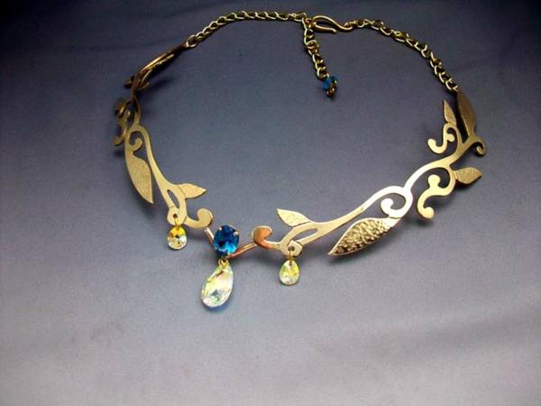 bijoux-elfiques-jolie-diadème-avec-des-pendentifs-pierres-