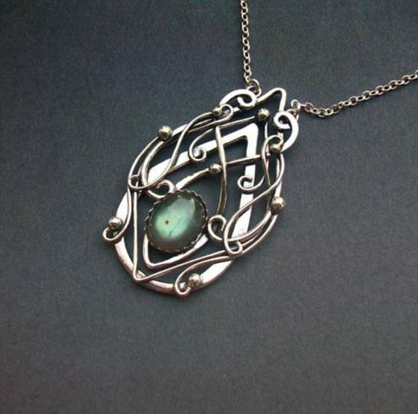 bijoux-elfiques-pendentif-détaillé-avec-une-pierre