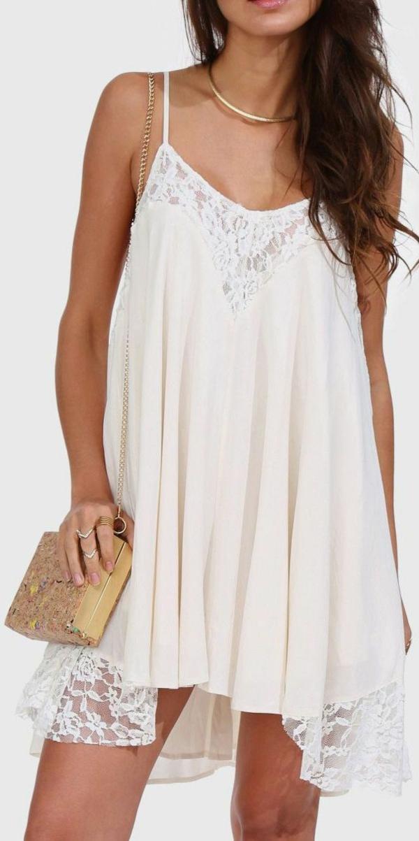 blanche-robe-avec-des-accessoires-or-petit-sac-à-main