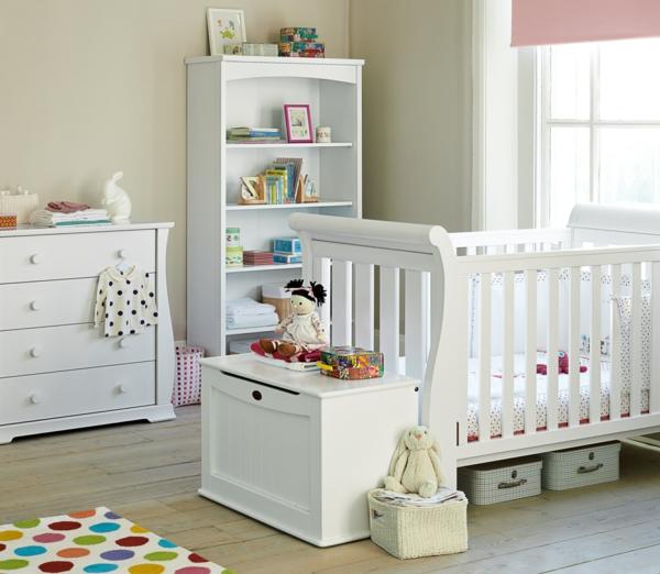 chambre-de-bébé-fille-blanche-tapis-jouets-jollie-piaule-maternelle-rayon-de-rangement-lit-bébé-table-emmailloter
