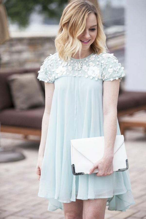 bleue-claire-pour-une-petite-robe-flottante-accessoires-blanches