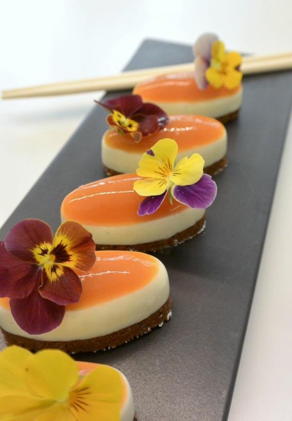 fleurs-comestibles-bon-apétit-avec-les-sur-un-canapé-de-patiserie