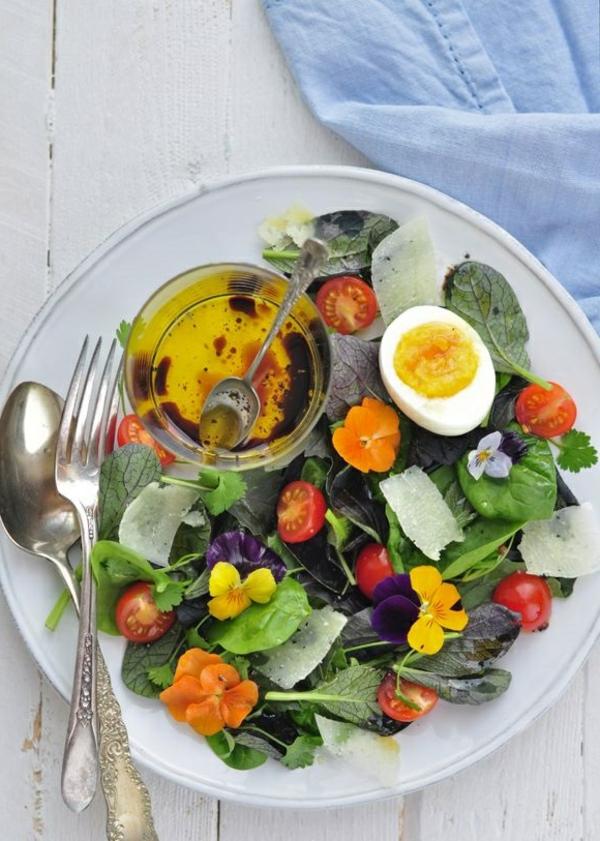 bonne-salade-avec-des-fleurs-délicieuses