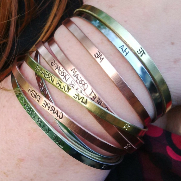bracelets-lettre-gravée-colorés