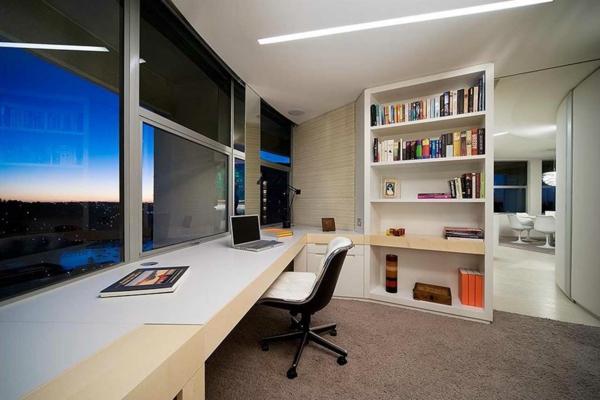 bureau-moderne-inspirant-un-grand-bureau-près-de-la-fenêtre