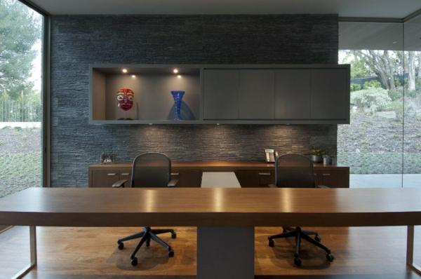 bureau-moderne-en-bois-et-mur-en-pierre-noire-office-moderne-et-élégant