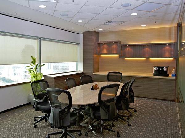 bureau-moderne-grande-table-ovale-en-bois-et-chaises-pivotantes-noires