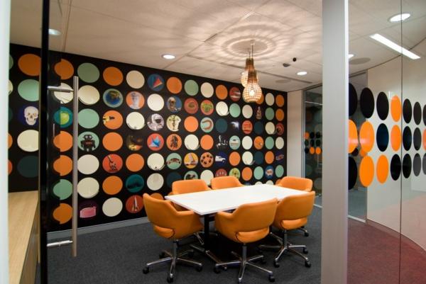 bureau-moderne-mur-original-une-table-blanche-et-chaises-oranges