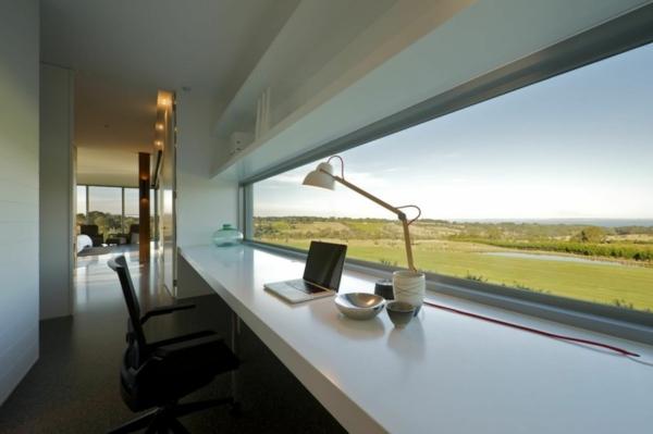 bureau-moderne-une-large-fenêtre-horizontale-et-grand-bureau-suspendu