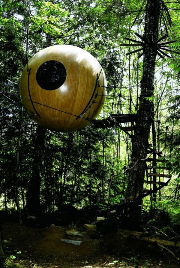 cabanes-dans-les-arbres-un-ovni-dans-la-forêt