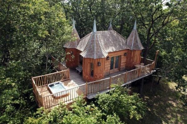 cabanes-dans-les-arbres-un-palais-en-bois-juché-sur-les-arbre