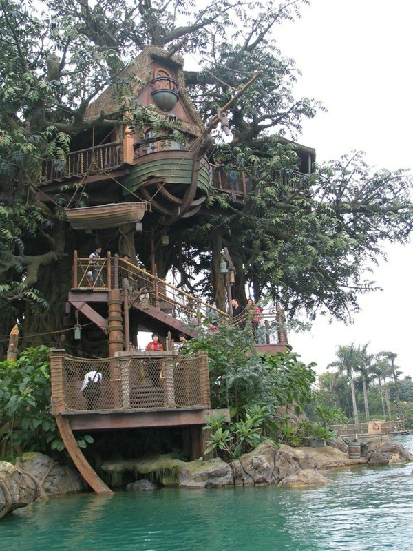 cabanes-dans-les-arbres-une-cabane-originale-au-dessus-d'une-rivière