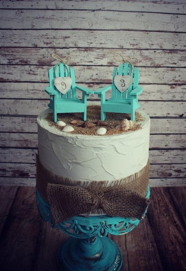 cadeau-pour-amoureux-gâteau-avec-deux-chaises-plage