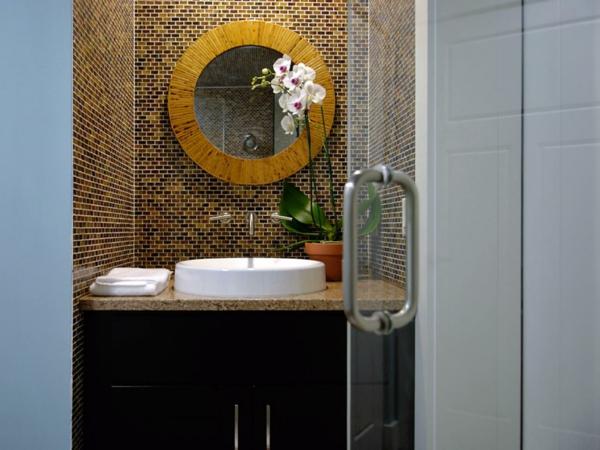 carrelage-mosaique-une-vasque-ovale-et-un-rond-miroir-mural