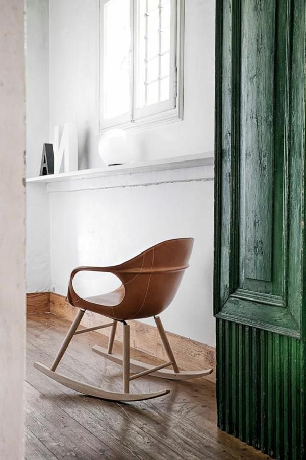 chaise-berçante-en-bois-porte-verte