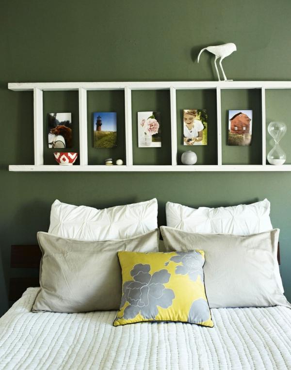 chambre-à-coucher-verte-lit-coussins-étagère-en-haut-échelle-versée