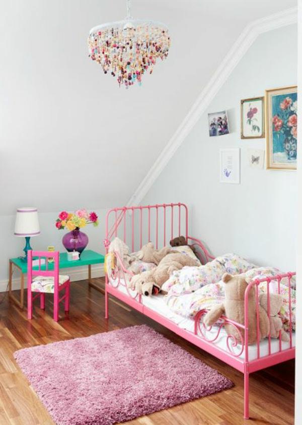 chambre-bebe-coucher-lit-en-fer-rose