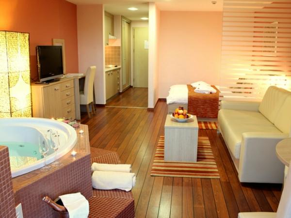 chambre-d'hôtel-avec-jacuzzi-à-Croatie-plancher-en-bois