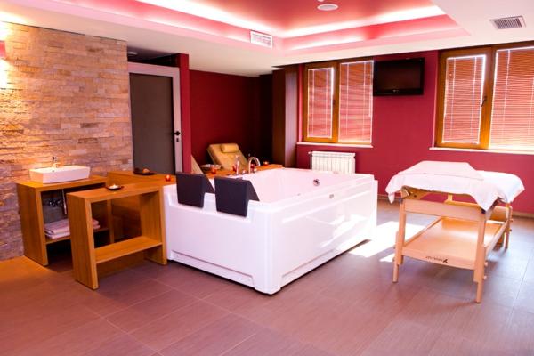 chambre-d'hôtel-avec-jacuzzi-ambiance-harmonieuse