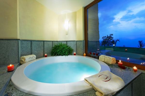 chambre-d'hôtel-avec-jacuzzi-bassin-intérieur-près-de-la-fenêtre