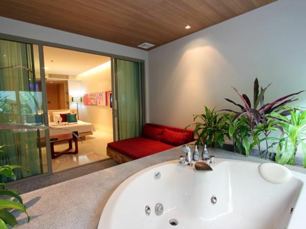 chambre-d'hôtel-avec-jacuzzi-des-intérieurs-romantiques