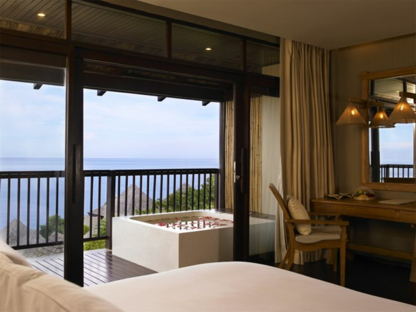 chambre-d'hôtel-avec-jacuzzi-et-une-terrasse