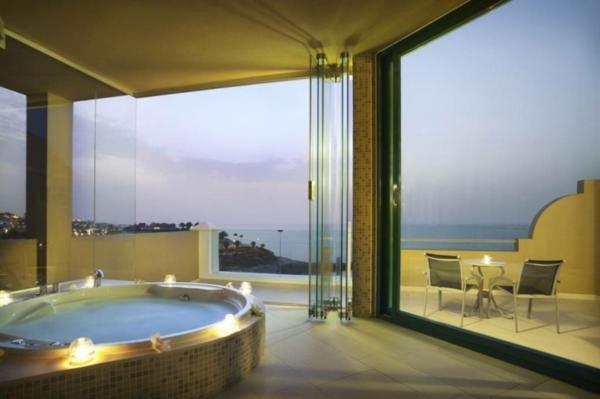 chambre-d'hôtel-avec-jacuzzi-et-vue-panoramique