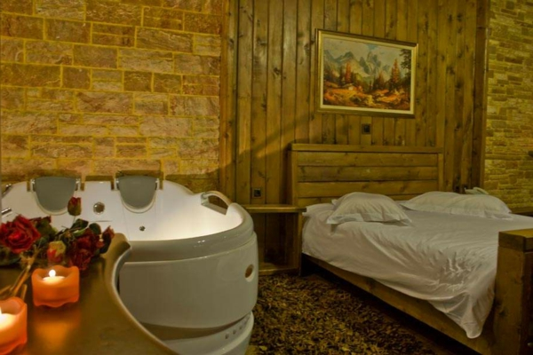 chambre-d'hôtel-avec-jacuzzi-intérieur-harmonieux-en-bois-et-pierre