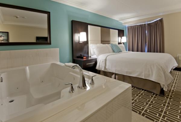 chambre-d'hôtel-avec-jacuzzi-intérieur-joli