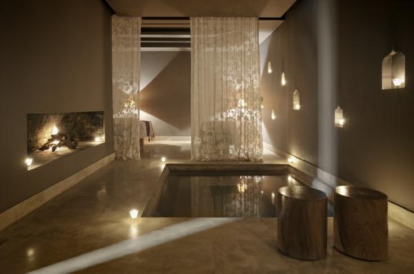 chambre-d'hôtel-avec-jacuzzi-jacuzzi-élégant-et-foyer-original