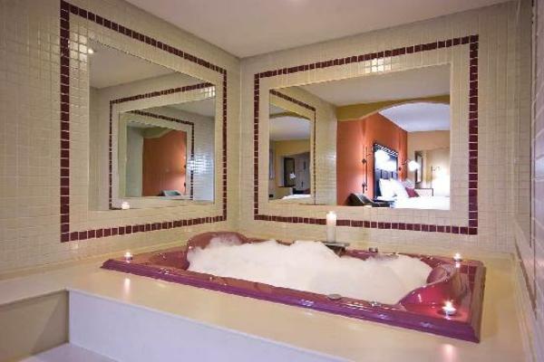 chambre-d'hôtel-avec-jacuzzi-jacuzzi-et-deux-grands-miroirs