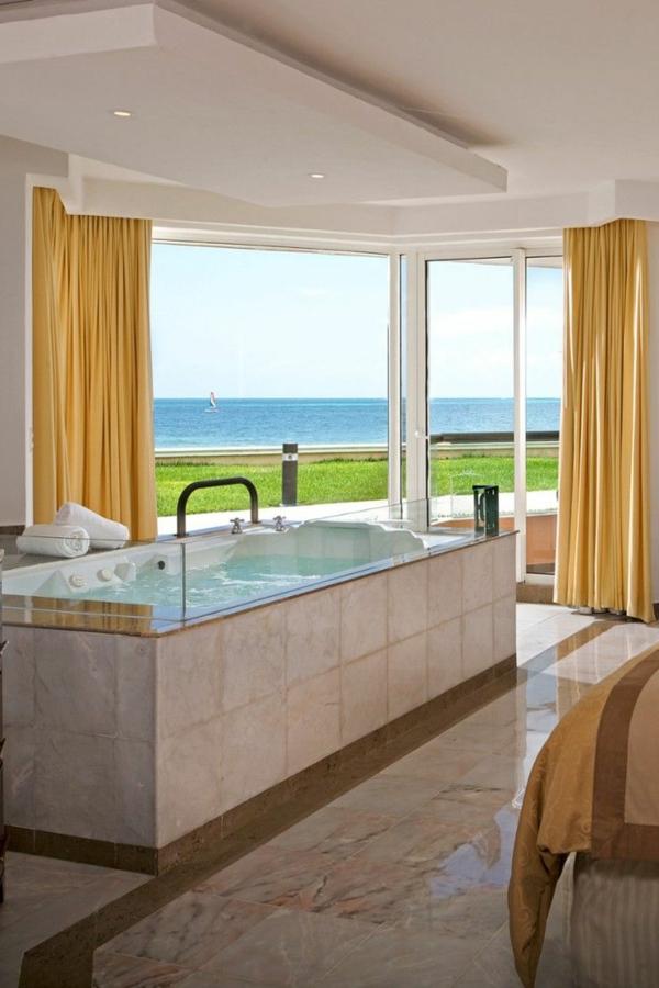 chambre-d'hôtel-avec-jacuzzi-plancher-en-marbre