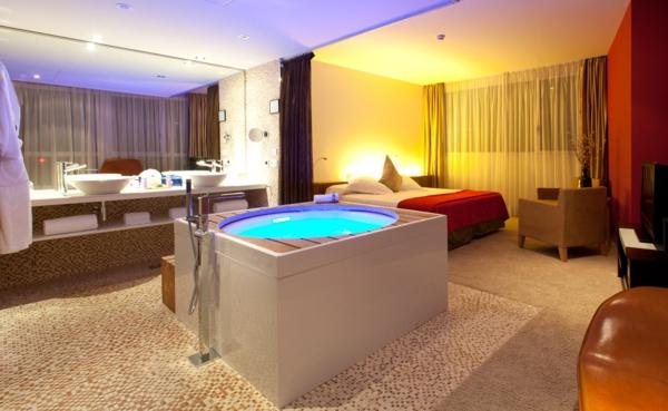 chambre-d'hôtel-avec-jacuzzi-salle-de-bains-et-chambre-à-coucher