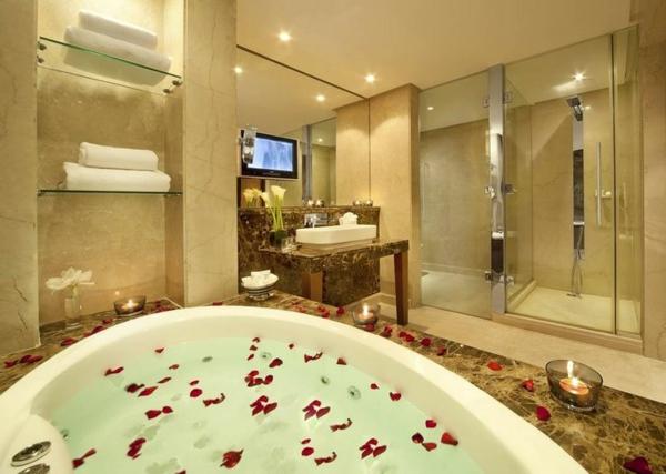 chambre-d'hôtel-avec-jacuzzi-une-belle-baignoire-spa