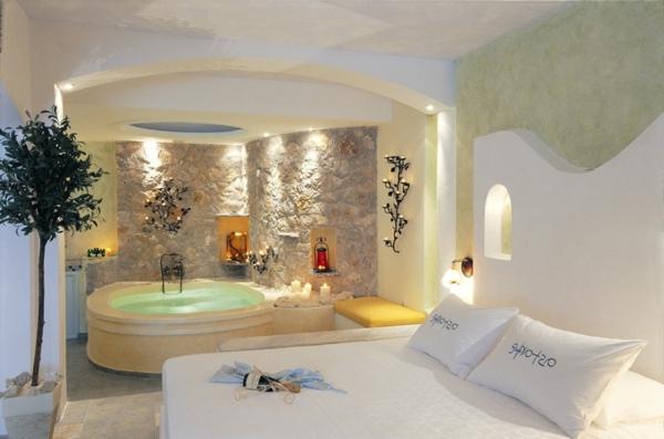 chambre-d'hôtel-avec-jacuzzi-une-chambre-blanche