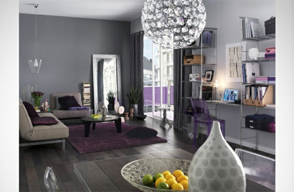 chambre-pièce-de-séjour-lustre-sofa-coussins-violet-pampilles-original