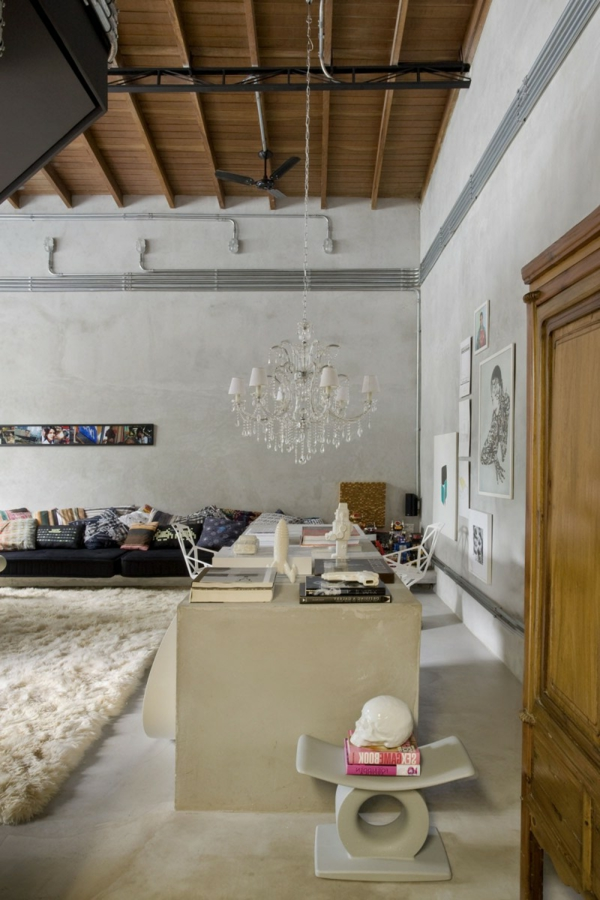 chambre-séjour-sofa-moderne-lustre-baroque-tapis-rural
