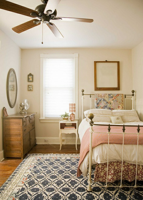 chambre-ventilateur-lit-en-fer-blanc
