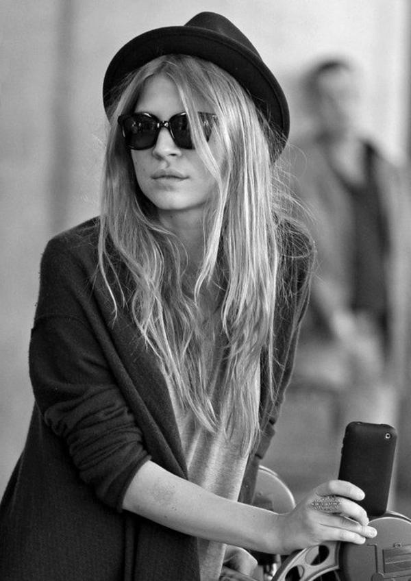 chapeau-feutre-gris-femme-blonde