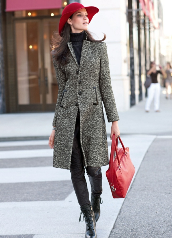 chapeau-feutre-rouge-femme-marcher